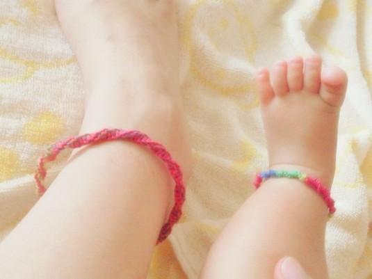 初心者でも簡単オシャレ!足に付けるミサンガの意味と作り方とは?のサムネイル画像
