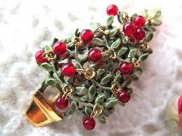 クリスマスモチーフのブローチは、冬のこの時期の定番アクセサリー!のサムネイル画像