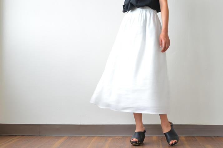 季節問わず使える!白のロングスカートコーデが可愛すぎる!のサムネイル画像