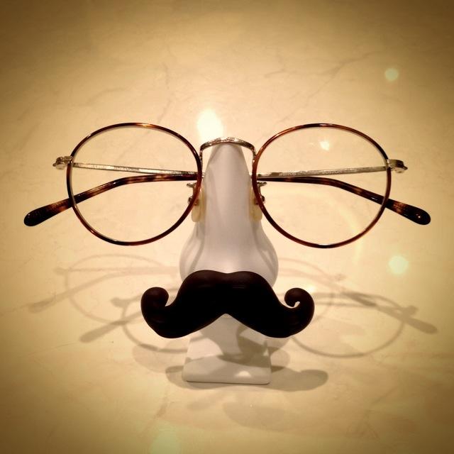 置くだけでおしゃれ部屋に!おすすめのメガネスタンドをご紹介!のサムネイル画像