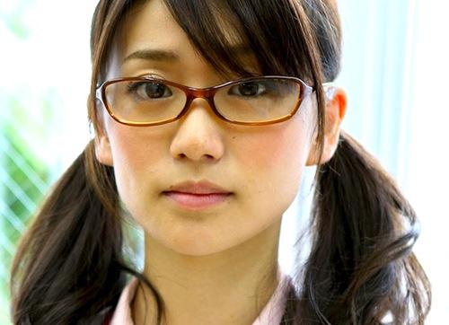 眼鏡をかけた女性はかっこいい?眼鏡をかけた女性の画像をご紹介のサムネイル画像