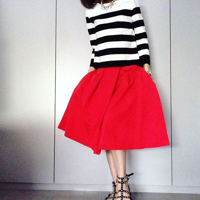 ミニ丈もロング丈も赤のスカートが可愛い!赤のスカートコーデを紹介のサムネイル画像