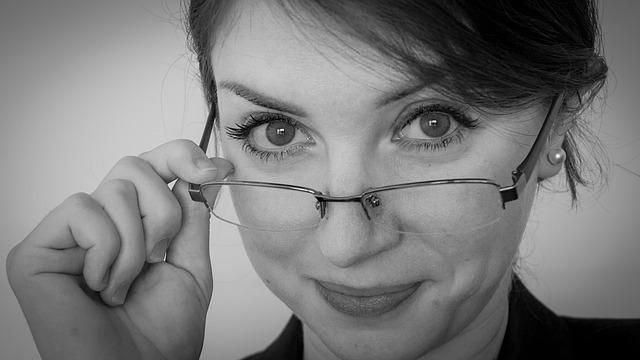 メガネがずれる!ずれないため、その原因と対策はどうすればいいの?のサムネイル画像