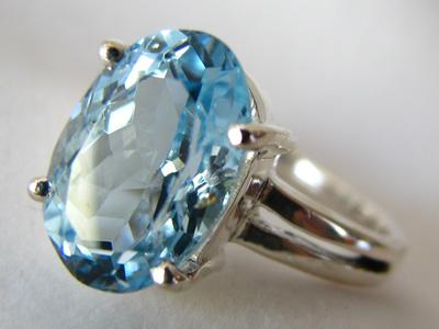 澄んだ綺麗なブルーの宝石アクアマリンのリングをご紹介します。のサムネイル画像