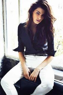 クールな女の『定番』アイテム黒のワイシャツでセンスをちらりのサムネイル画像