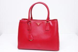 バッグはやっぱり赤が可愛い♡見逃せない優秀デザインの赤バッグのサムネイル画像