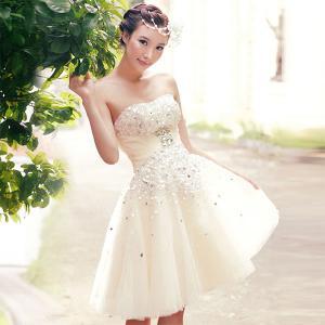 やっぱりミニが好き!最近流行のミニウェディングドレスをご紹介!のサムネイル画像