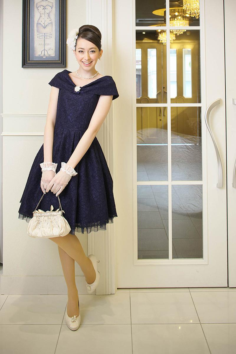 結婚式のお呼ばれドレスは大人可愛いネイビーがおすすめです!のサムネイル画像