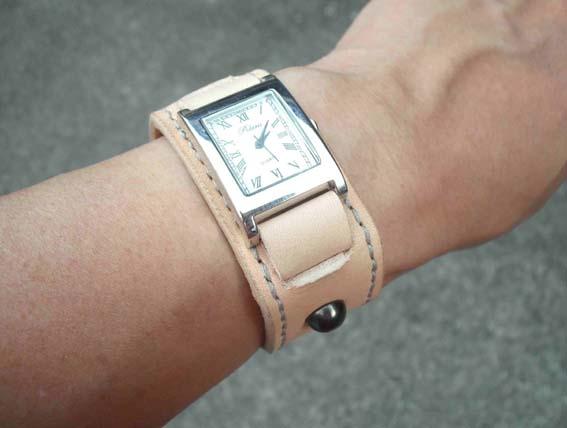 時計とブレスレットの重ねづけがおしゃれ!おすすめのつけ方を紹介!のサムネイル画像