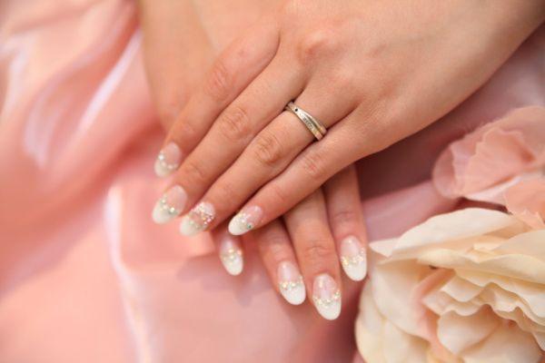 【薬指の指輪】由来は何?右手と左手は?海外でも意味はあるの?のサムネイル画像