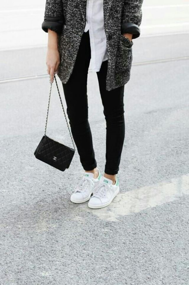 白い靴を履いてお出掛けしよう!今人気の白い靴のデザインは?のサムネイル画像