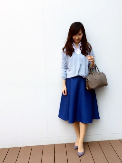 女性らしい色合いの水色のニットが使えるファッションアイテム!のサムネイル画像