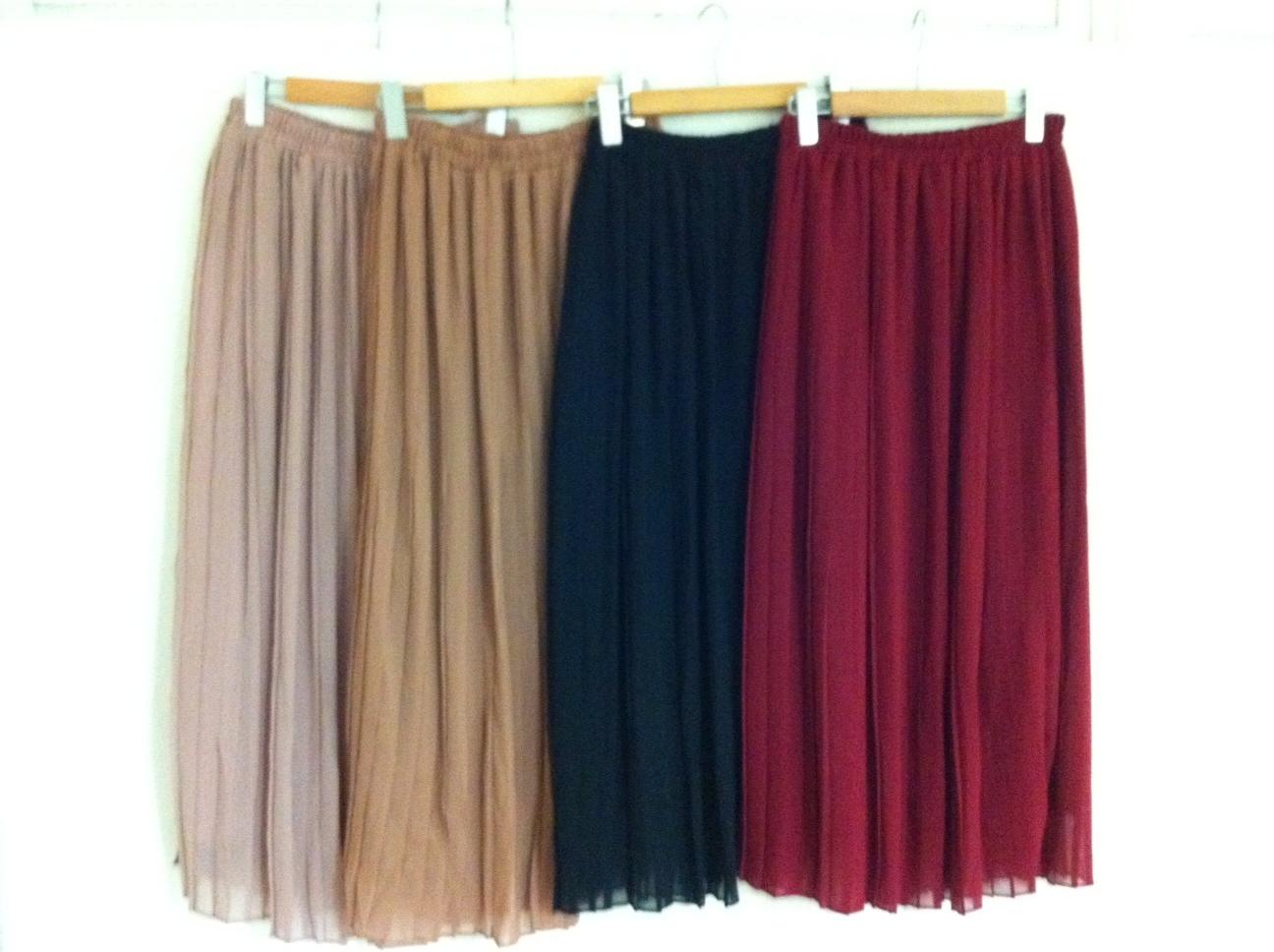 ロングのプリーツスカートを使ったコーディネートが可愛さ満点♡のサムネイル画像