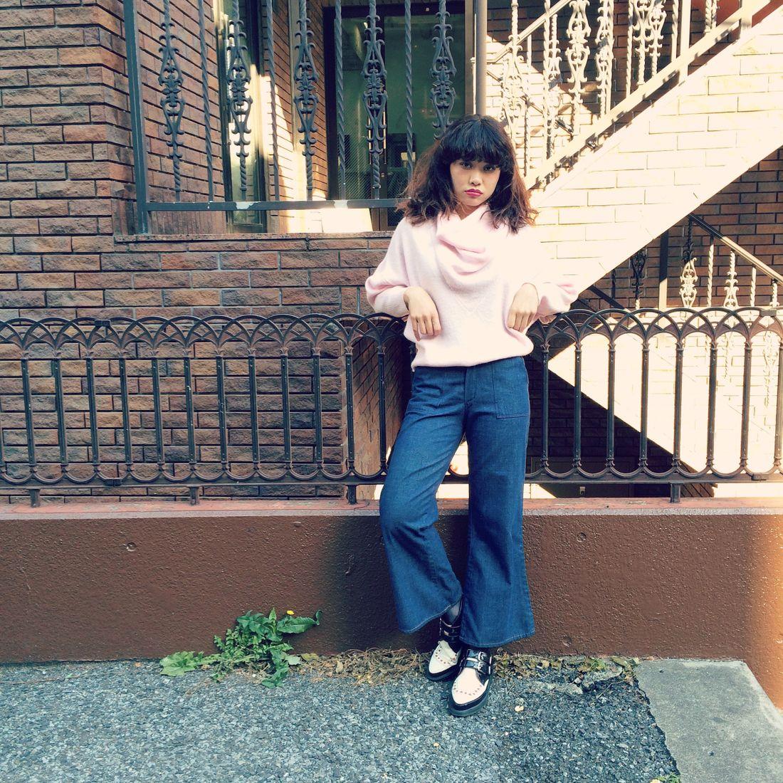 セーターを着たコーディネートが女性らしい魅力的なファッションに♡のサムネイル画像