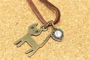 革のネックレスは手作りもアリ!コーデと作り方、結び方をご紹介!のサムネイル画像