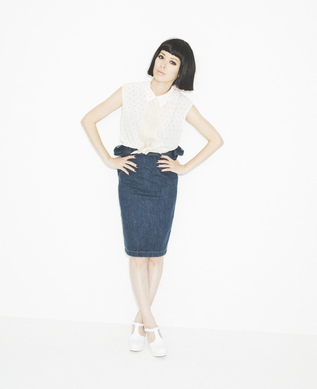 着回し力あるデニムタイトスカートを可愛くおしゃれにスタイリング!のサムネイル画像