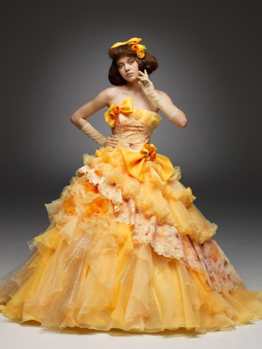 カクテルドレスは何色を着ますか?黄色のドレスで華やかに!のサムネイル画像