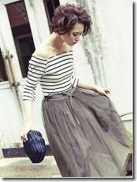 チュールスカートをシックに大人可愛く着こなすならグレーがおすすめのサムネイル画像