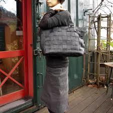 本革のトートバッグは大人の女性のファッションコーデにおすすめ!のサムネイル画像