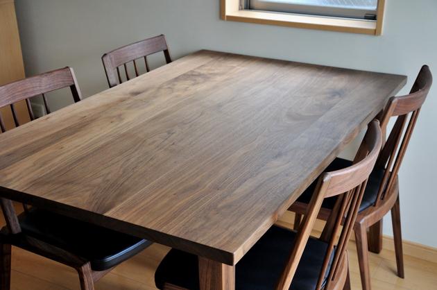 ナチュラルな表情が楽しい、無垢材のダイニングテーブルのすすめ。のサムネイル画像