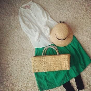 緑のスカートを使ったコーデをご紹介!鮮やかな色合いで可愛く!のサムネイル画像