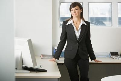 パンツスーツの女性は仕事がデキる?!人気ブランド・スタイルまとめのサムネイル画像