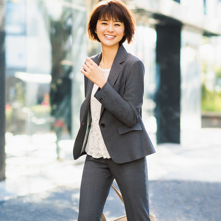 働くスーツ女子必見! おしゃれなインナーカットソーをご紹介!!のサムネイル画像