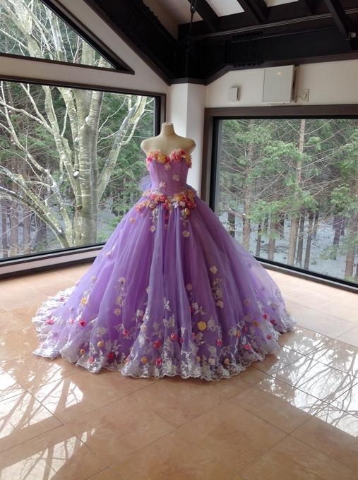 気品あふれる印象を与えてくれる紫ドレス‼ウエディングにも‼のサムネイル画像