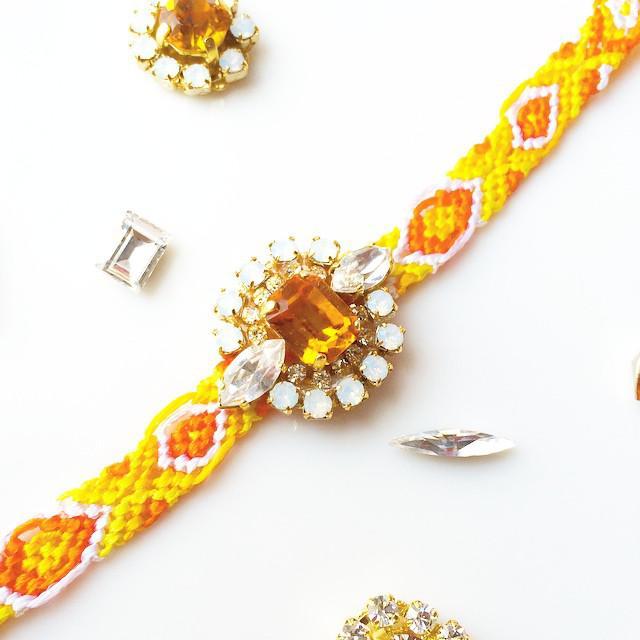 ミサンガの編み方を紹介します。自分でミサンガを編んでみましょうのサムネイル画像