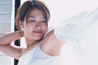 気になる脇汗に最適なインナーはどれ?できてしまった汗シミどうする?のサムネイル画像