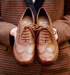 【スーツと革靴】トレンドのスーツスタイルには革靴がマストなの?!のサムネイル画像