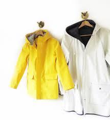 フード付きレインコートは雨の日のレディースコーデに欠かせない!のサムネイル画像