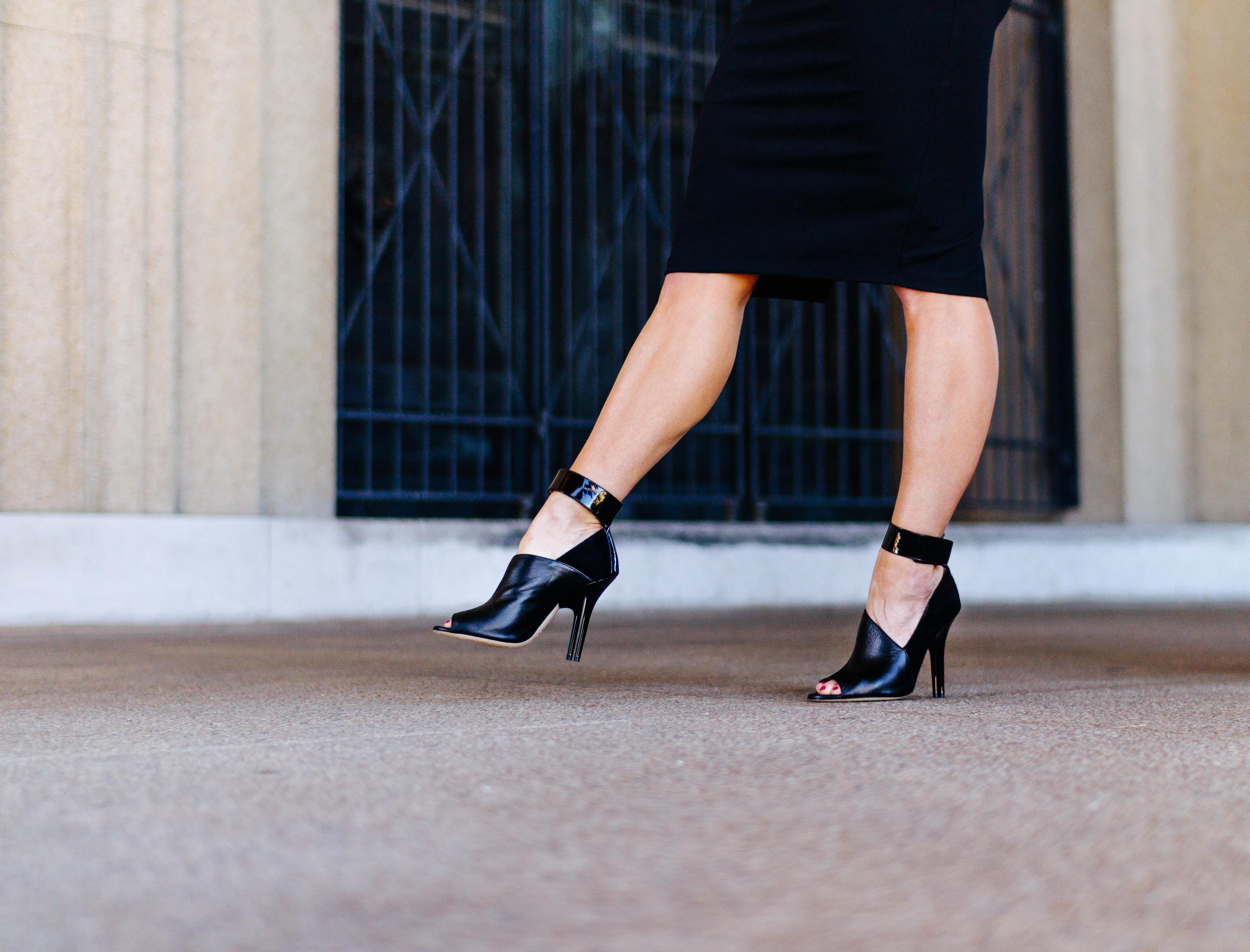 かかとの高い靴でスタイルアップしたら街に繰り出しましょう!のサムネイル画像