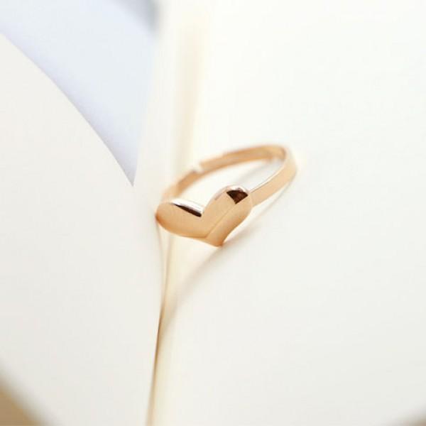 ラブリーな魅力がたまらない!とっても可愛いハートモチーフの指輪のサムネイル画像