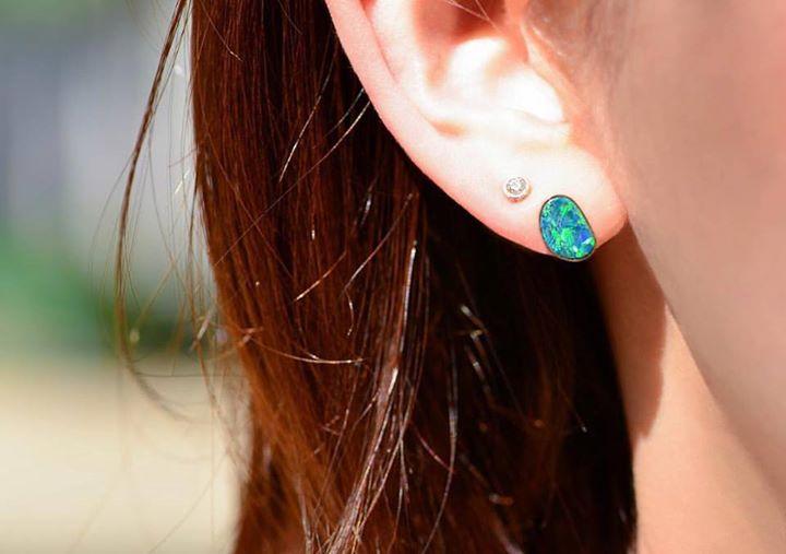 これから訪れる猛暑は耳元を涼しげに【清涼感のある青いピアス】のサムネイル画像