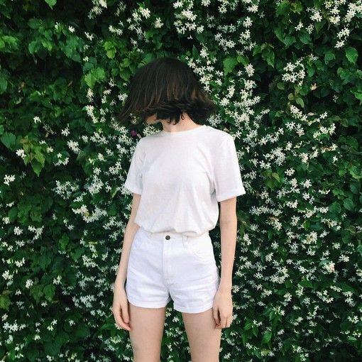 大人女子なら全身白の無地で合わせて夏のクールなワントーンコーデのサムネイル画像