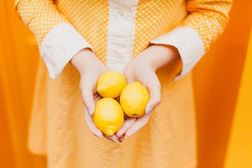 今年の夏におすすめ!イエローの洋服に合わせたい大人可愛いアイテムのサムネイル画像