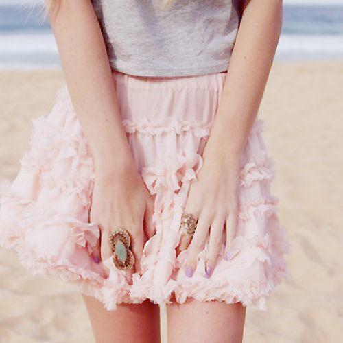 グレーのシャツ×鮮やか色のスカートが絶妙なバランスで大人可愛い!のサムネイル画像