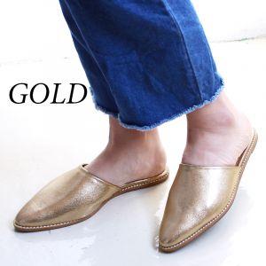 流行のゴールドパンプスは女らしく、コーデを楽しんで履くのがコツ!の画像